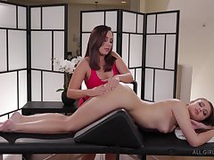 Masseuse Jenna Sativa is assembly love with beautiful lesbian client